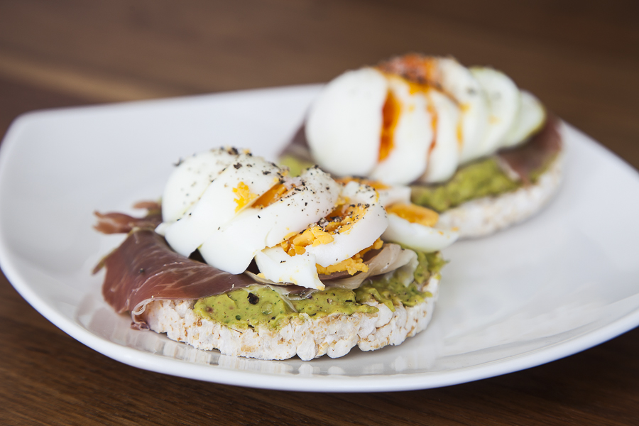 Rice crackers with guacamole, parma ham and boiled egg